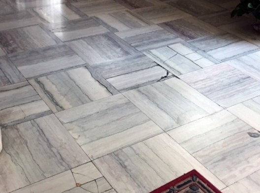 Deterioração do piso em mármore Carrara, decorrente de mal-uso, Hall de entrada principal do edifício Rizkallah Jorge, 2016<br />Foto Luiz Fernando de Azevedo Silva