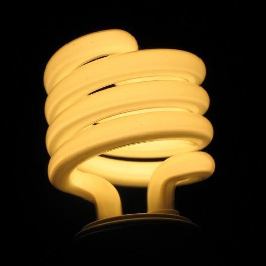 Lâmpada fluorescente de substituição à lâmpada incandescente<br />Foto Jdorwin  [Wikimedia Commons]