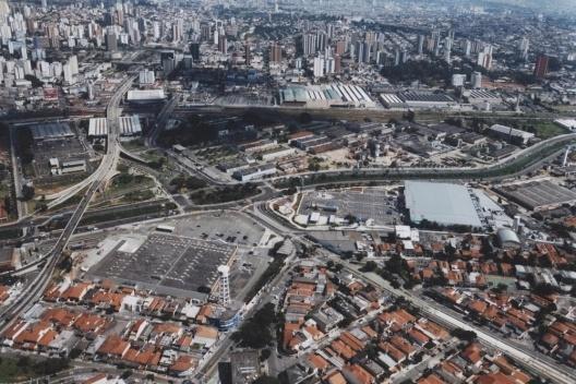 Carrefour e Pão de Açúcar. Vista aérea do Carrefour (lado direito) e do Pão de Açúcar (lado esquerdo) na Avenida dos Estados [Acervo da autora, 2003]