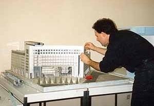 Francisco Spadoni, arquiteto brasileiro no escritório de Kenzo Tange, concluindo a maquete do Grand Ecran de Place d´Italie, que seria inaugurado em 1991