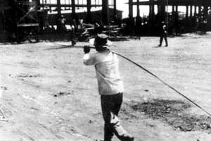 Operário transportando ferragem na construção de Brasília. Foto M. M. Fontenelle [Acervo do Departamento do Patrimônio Histórico e Artístico do DF]