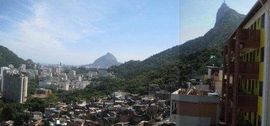 Vista da favela Santa Marta, com a cidade situada nas areas baixas. Cristo Redentor ao lado direito. A cidade possui alto contraste de florestas e áreas densamente urbanizadas<br />Foto Cecilia Herzog