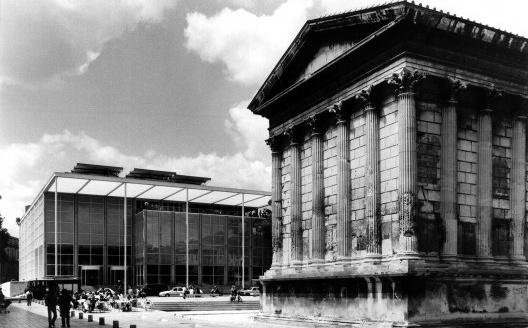 Médiathèque de Nimes e Maison Carrée, vista externa<br />Foto divulgação  [Universitée de Paris / CIRHAC]