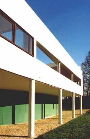 Vista parcial da fachada sul, pilotis e bloco térreo recuado<br />Foto Carlos Alberto Maciel