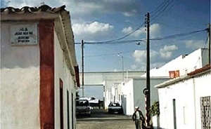 Fig.3 – Note the integration of Malagueira with the neighboring borough by means of the continuity of the streets and the with regard to scale, the use of white paint, and the details of the openings in stucco protude<br />Foto JAZ, 1997