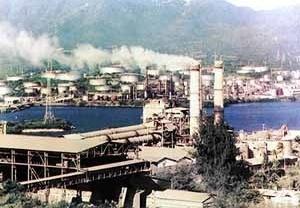 Fábrica de cimento Mercerón, Santiago de Cuba. Ao fundo, Sierra Maestra
