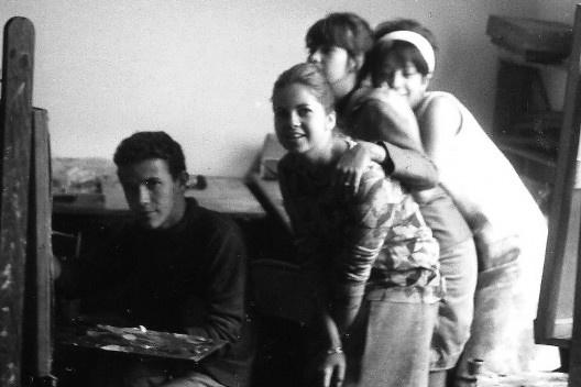 Siron Franco, aluno, pintando, acompanhado de colegas na Escola goiana de Belas Artes, década de 1960<br />Foto Amaury Menezes