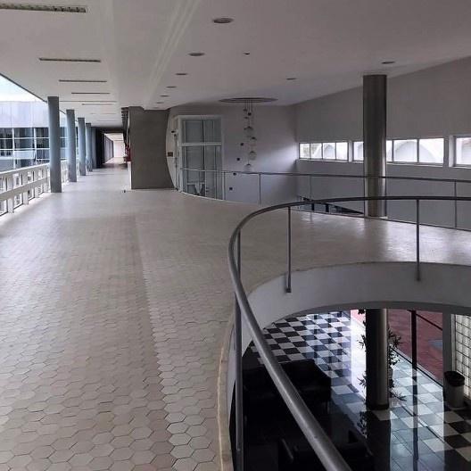 Departamento de Ciência e Tecnologia Aeroespacial – DCTA, hall em sua configuração original, com piso cerâmico, São José dos Campos, 1947. Arquiteto Oscar Niemeyer <br />Foto Rolando Piccolo Figueiredo