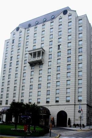 Hotel Four Seasons Buenos Aires: frontões chippendale extraídos da torre AT&T (1978) de Phillip Johnson, sobre a fachada com mansardas e rusticação [autor]