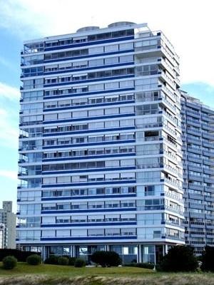 Edifícios Delfin (1977) e Pez Espada (1979), em Punta del Este, Uruguay, de Mario Roberto Alvarez: a arquitetura com os resíduos construtivos do pós-guerra em alta [autor]
