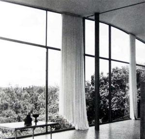 Casa de Vidro, vidraça do salão
