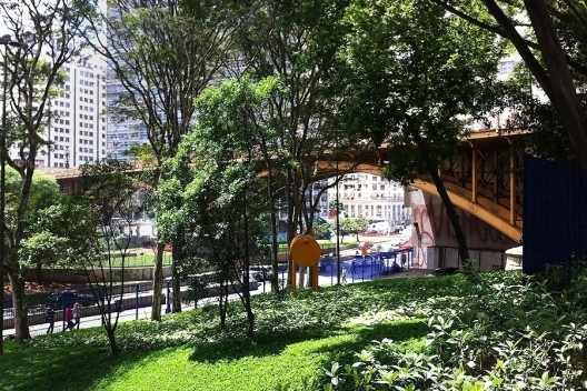 Vale do Anhangabaú, São Paulo. Paisagismo de Rosa Grena Kliass<br />Foto Abilio Guerra