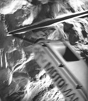 Robô Motoman DFV riscando areia, Abilio Guerra e Marco do Valle. Arte Cidade - Cidade e seus fluxos<br />Foto Nelson Kon