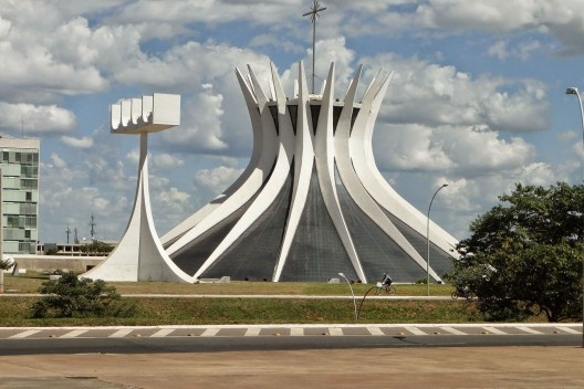 Catedral de Brasília, Brasília DF Brasil, 1970. Arquiteto Oscar Niemeyer<br />Foto Leon Petrosyan  [Wikimedia Commons]