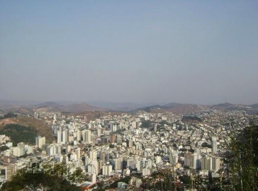 Vista panorâmica da cidade de Juiz de Fora, abril de 2007<br />Foto bolapiercing  [Wikimedia Commons]