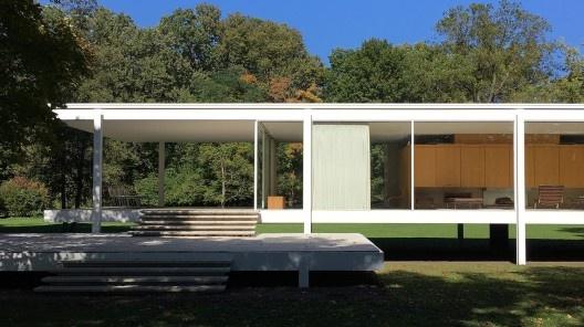 A casa de vidro e sua moradora invisível