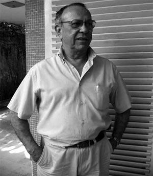 Waldeci Pinto em seu escritório, duarnet em entrevista à autora, em fevereiro de 2005 [foto da autora]