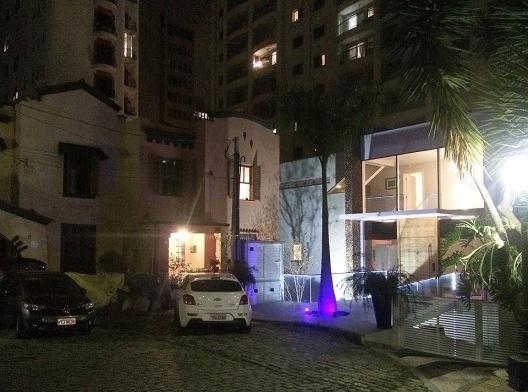 """A """"clínica veterinária"""" na vila habitacional em São Paulo<br />Foto Abilio Guerra"""