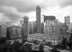 Edifícios Esther (Álvaro Vital Brasil, 1938), Itália (Franz Heep, 1965), Copan (Oscar Niemeyer, 1951) e Hilton, Praça da República, São Paulo, 1975 [SAN/DIM/DPH/SMC/PMSP]