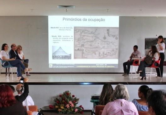 "III SAMA, mesa redonda ""Arquitetura Moderna na Amazônia II"": à esquerda, Cybelle Miranda (mediadora, UFPA), José Alberto Tostes (UNIFAP) e Cláudia Nascimento (UFRR); à direita, Josélia Alves (UFAC), Graciete Guerra (UFRR) e Márcio Baraúna (UFRR)<br />Foto Jacqueline Romaro  [LAHCA-FAU/UFPA]"