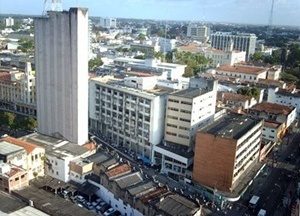 """Fig. 4: Aspectos da área central de João Pessoa. A maioria das edificações verticais do centro apresenta comércio lucrativo no térreo, enquanto os demais pavimentos encontram-se abandonados, transformados em depósito ou ocupados pelos chamados """"sem teto""""<br />Foto Paulo Falconi, 2007"""
