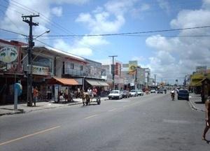 Fig. 19: A Avenida Josefa Taveira, principal via do Bairro de Mangabeira, apresentando um comércio e serviços diversificados, além do reforço de atividades informais<br />Foto Paulo Falconi, 2007