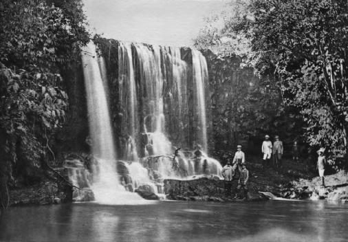 Membros da Comissão Cruls na cachoeira do rio Cassú, 1892‐93 [Relatório da Commissão  ao Ministro da Industria, Viação e Obras Públicas. Op. cit.]