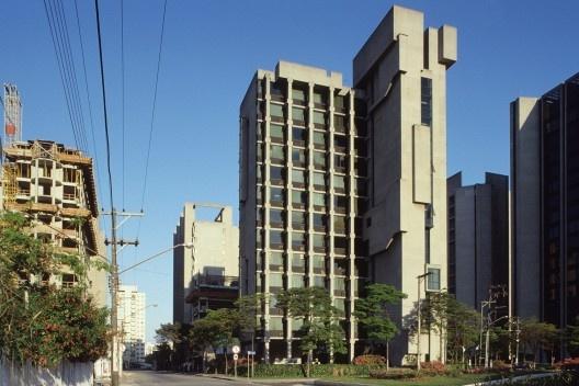Edifício Indeca, São Paulo, 1980-1985. Arquitetos Carlos Bratke (autor) e João Luís Marques (colaborador). No entorno, outros edifícios do escritório Bratke Collet<br />Foto Hugo Segawa