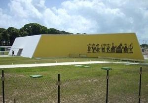 """O auditório e o mural """"Cavalo Marinho"""" de José Costa Leite <br />Foto Aristóteles Cordeiro e Mariama Ireland"""