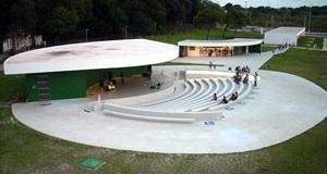 Vista do conjunto formado pelo Anfiteatro e a lanchonete / loja com o bloco de serviços ao fundo <br />Foto Aristóteles Cordeiro e Mariama Ireland
