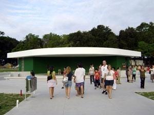 Vista do anfiteatro desde a entrada. Uma faixa branca que flutua sobre fundo verde <br />Foto Aristóteles Cordeiro e Mariama Ireland