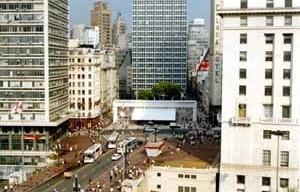 Praça do Patriarca, São Paulo, 2002. Cobertura de Paulo Mendes da Rocha<br />Foto da autora