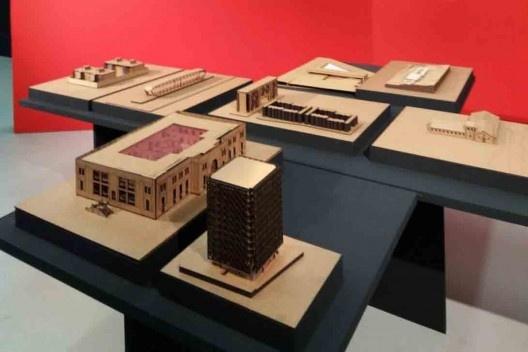 """Exposição """"Escola Viva"""", sala com maquetes (ainda em montagem), Centro Cultural São Paulo<br />Foto Lizete Rubano"""