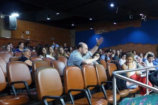Gustavo Rocha-Peixoto comenta a apresentação de Carlos Eduardo Dias Comas, Encontro Núcleo Docomomo-SP 2015<br />Foto André Marques