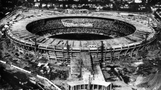 Jogo com estádio do Maracanã em construção, 1950<br />Foto divulgação  [Popperfoto/Getty Images/Veja]