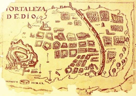 """""""Fortaleza de Dio"""", ilustração existente no Atlas Miscelânea (c. 1615-1622) da autoria de Manuel Godinho de Herédia [""""Portugaliae Monumenta Cartographica"""", publicado por Armando Cortesão e Avelino Teixeira d]"""