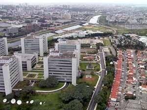 Vista aérea del centro Empresarial, Sao pablo. Al lado urbanización de viviendas de para la clase media-baja<br />Foto Rein Geurtsen Workshop Rios Urbanos, 2003