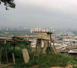 Edificios corporativos en la margen del Rio Pinherios, Sao Pablo. Vista desde la favela Morro do Jaguaré<br />Foto Rein Geurtsen Workshop Rios Urbanos, 2003