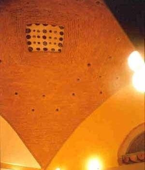Bóveda en sala de espera, sobre 4 directrices curvas y simétricas. (6x6 m). Los puntos que se observan son burbujas y rodajas de vidrio soplado, con diferentes colores. Clínica popular en San Luis de La Paz, Guanajuato. 1998