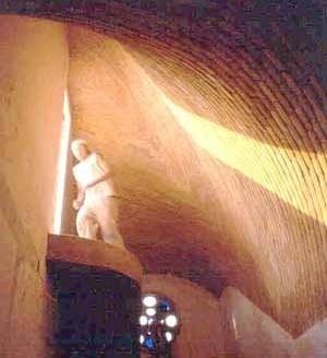 Bóveda sobre escalera. La diferencia entre su punto más alto y más bajo es de 3.40 m. Clínica Popular en La Villa, D. F. 1998