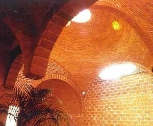 """Unión de dos cúpulas bizantinas con columna hacia arriba a tracción. En su unión las directrices son dos ángulos comerciales de 2""""x2""""x1/8"""" pegados de espalda. Y en este caso recubiertos con ladrillo. Clínica Popular en La Villa, D. F. 1992 y 1998"""