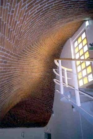 Directrices curvas siguiendo la fórmula de Gauss. La bóveda se inicia en un nivel y termina en el siguiente. Clínica Popular en La Villa, D. F. 1992 y 1998