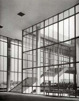 FAU-UFRJ, hall principal e escada de acesso à biblioteca