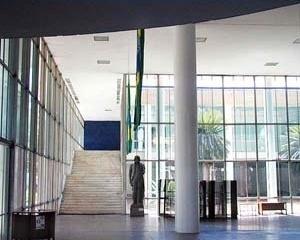 FAU-UFRJ, hall principal e escada<br />Foto Butikofer & de Oliveira