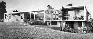 Casa do arquiteto em São Paulo, Oswaldo Bratke, 1953. Goodwin, em 1943, insinua e Hitchcock, em 1958, reafirma a existência de uma arquitetura moderna brasileira 'aberta' característica do 'novo mundo' na mais pura tradição wrightiana