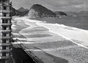 Persitz publica na L'Aujourd'hui foto de Kidder-Smith, originalmente publicada no livro de Goodwin, de 1943, exemplificando a ausência de normas urbanas disciplinadoras no Rio de Janeiro