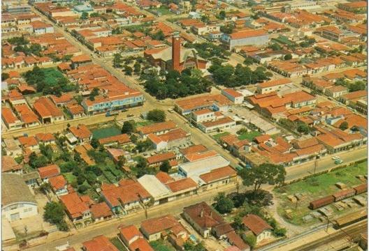 Suzano, início da década de 1970, com a Praça João Pessoa e a nova igreja<br />Foto divulgação  [IBGE]