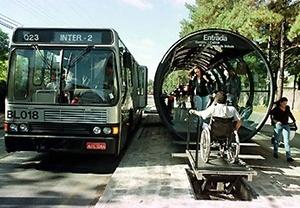 Ônibus Ligeirinho e estação-tubo, com elevador especial para deficientes físicos, Curitiba [IPPUC]