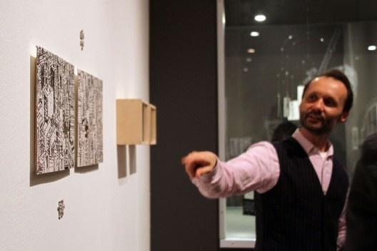 """""""Arquitetura do Desenho"""", MCB, autor discutindo série """"São Paulo em Quebra-cabeças"""", sala 5, São Paulo, 2012. <br />Foto Zeuler Lima"""