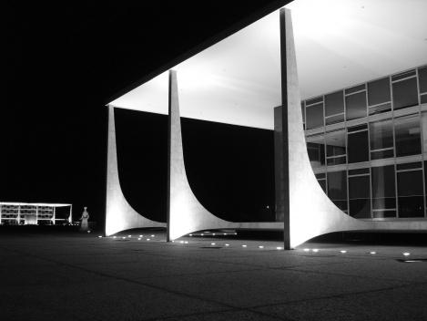 STF, o Planalto e suas colunas (Supremo Tribunal Federal e Palácio do Planalto)<br />Foto Eduardo Pierrotti Rossetti